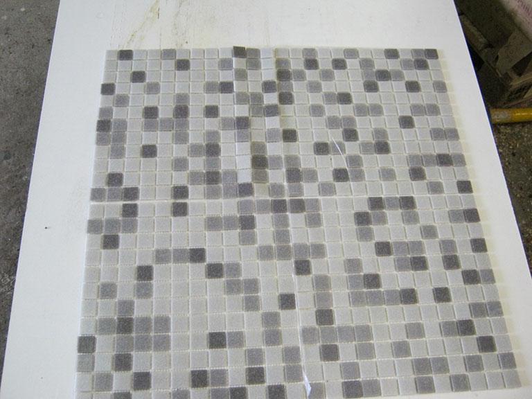 0026 Glas mosaik skift Grå nuancer - 2x2cm - (32x23cm) 4 m²/kg. 250 m²