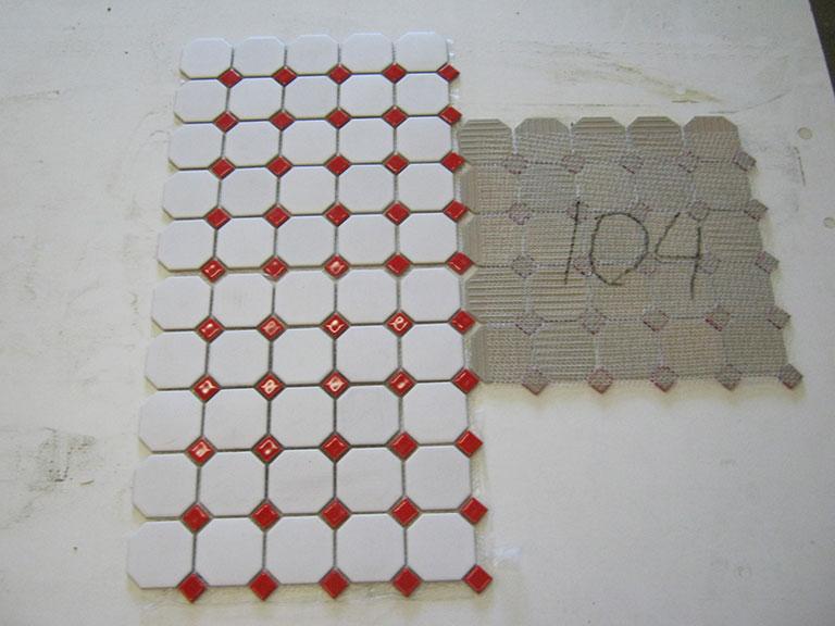 0104-Union Mosaik Mat hvid blank (6x6cm) Rød blank (1,8x1,8cm) Gulv/vægflise - 32x32cm 18 m² - Kr.1200 i alt