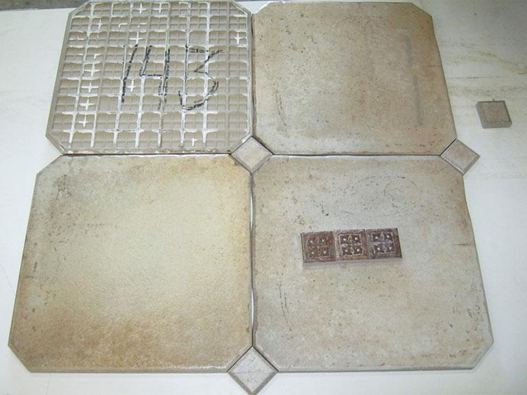 0143-Tagina Lys brun meleret Kraftig gulvflise - 35x35cm 7,5 m² Mørke hjørner (el. lyse) - 5x5cm Kr.600 i alt